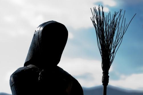 Statua di strega in controluce a Triora