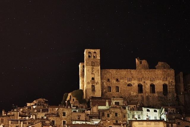 Il Castello dei Doria nella notte, tra le stelle, a Dolceacqua