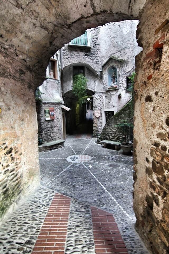 L'ingresso nel quartiere Terra a Dolceacqua, nella Liguria misteriosa