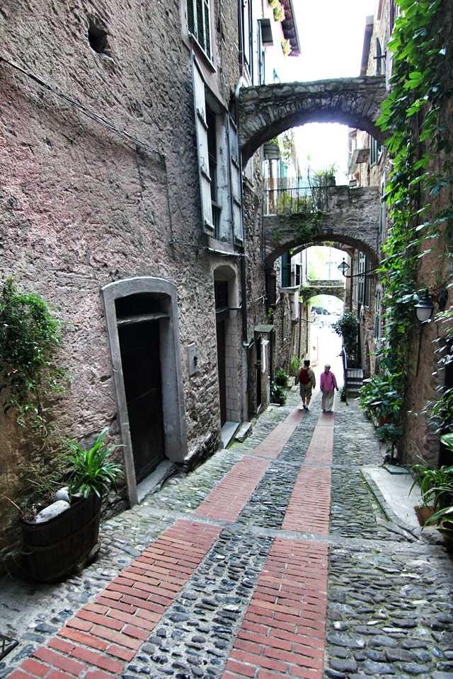 Una via d'uscita dal labirintico intreccio di carugi a Dolceacqua