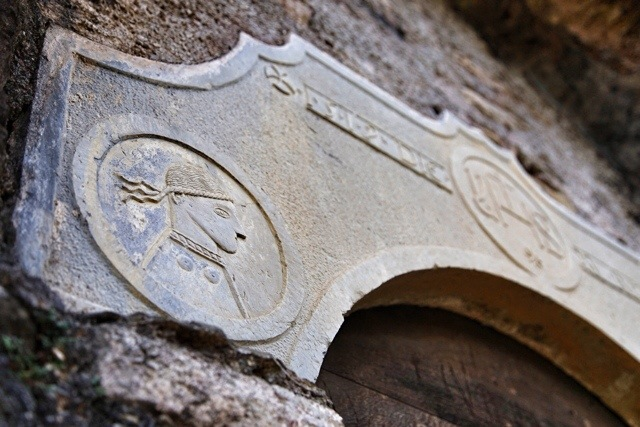 portale scolpito della chiesa di Santa Margherita a Mendatica