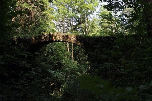 ponte in pietra sul Rio Grupin a Mendatica, verso le cascate del torrente Arroscia