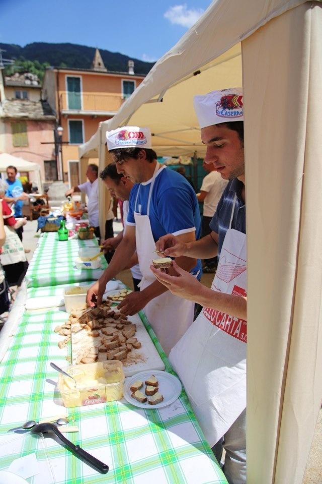 l'aperitivo alla Festa delle Erbe di Cosio d'Arroscia: aié, bruschetta di patè di olive e pomodoro, sangria