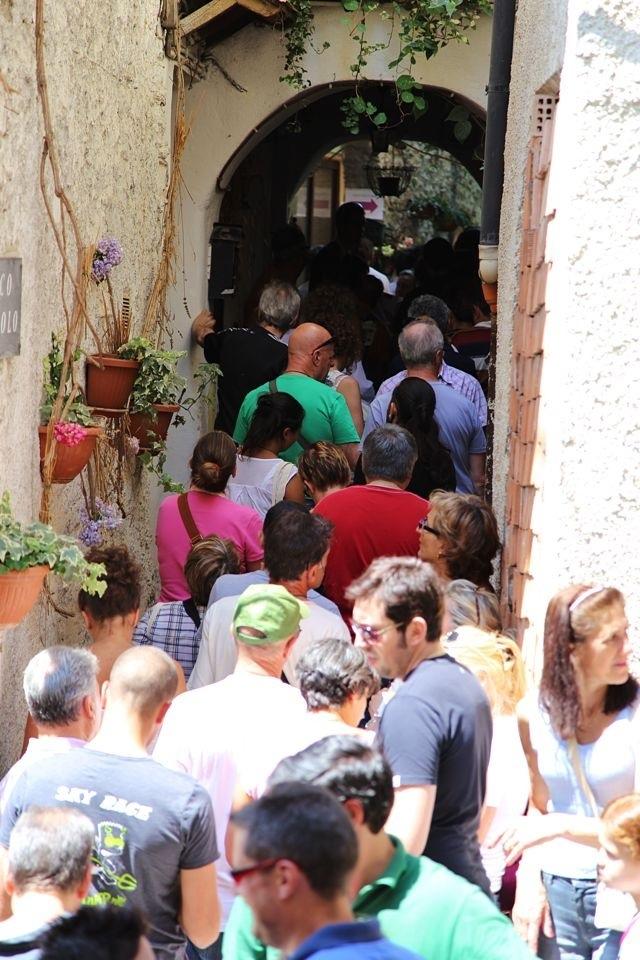 la coda per il pan fritto nel carrugio di Cosio d'Arroscia per la Festa delle Erbe
