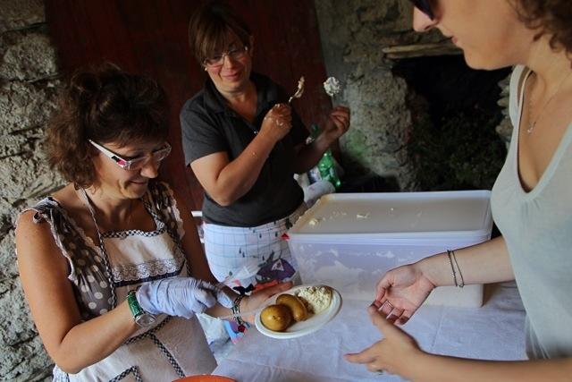 brusso e patate bollite alla Festa delle Erbe di Cosio d'Arroscia