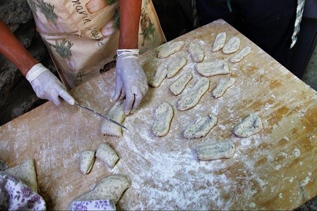 pan fritto pronto alla cottura alla Festa delle Erbe di Cosio d'Arroscia