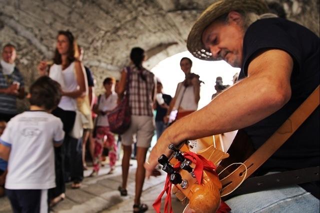 la ghironda suona alla Festa delle Erbe di Cosio d'Arroscia