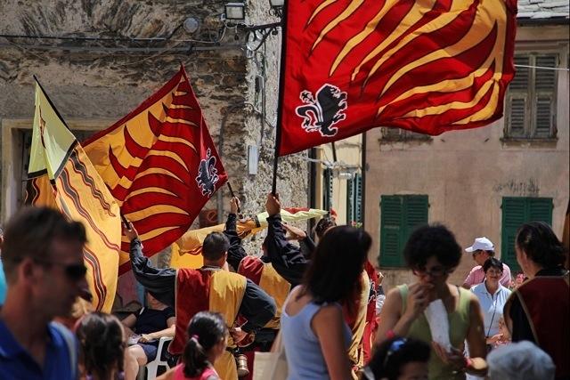 gli sbandieratori alla Festa delle Erbe di Cosio d'Arroscia