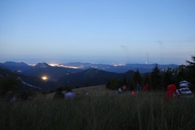 vista di notte dal Monte Armetta col Mar Ligure sullo sfondo