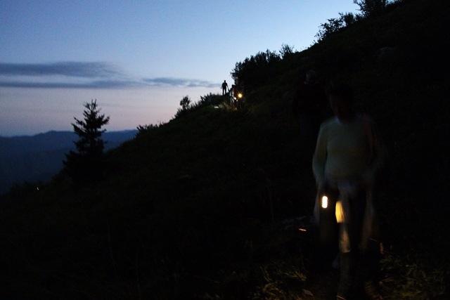 mentre scende la notte, escursione sull'Alta Via dei Monti Liguri