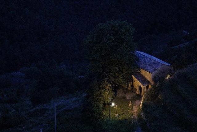 chiesa di San Bernardino di notte a Triora