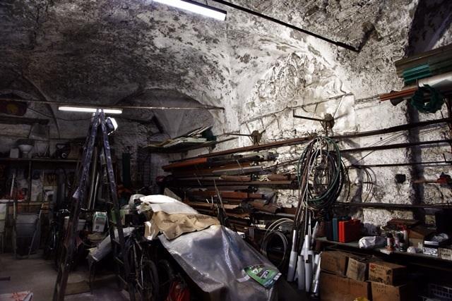 Stemma dei Doria nel magazzino dell'idraulico Riggio a Dolceacqua, Imperia